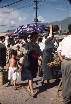 A small set of really great photos shows the life of Koreans in Busan around Old Pictures, Old Photos, Vintage Photos, Asian History, History Photos, Time In Korea, Busan Korea, Korean Art, Traditional Fashion