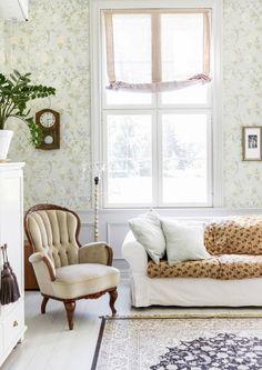 Mitä tulee, kun yhdistetään pohjoissavolainen pariskunta, vanha maalaiskoulu ja ripaus seikkailumieltä? Tietenkin valoisa ranskalaistyylinen kartano. Home And Living, Living Room, English Country Style, Beautiful Wall, My Dream Home, Sweet Home, New Homes, Couch, Colours
