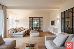 Luxe meubels in woonkamer ontwerp met open haarda   Foyer ...