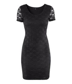 Short, fitted dress in stretch lace with short sleeves. Lined.