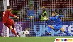 Gol Cristiano Ronaldo ke gawang Maarten Stekelenburg pada menit ke-74 membawa Portugal unggul 2-1 atas Belanda.