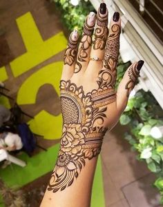 Mehndi henna designs are always searchable by Pakistani women and girls. Women, girls and also kids apply henna on their hands, feet and also on neck to look more gorgeous and traditional. Easy Mehndi Designs, Latest Mehndi Designs, Bridal Mehndi Designs, Pretty Henna Designs, Modern Henna Designs, Khafif Mehndi Design, Indian Mehndi Designs, Henna Art Designs, Mehndi Designs For Girls