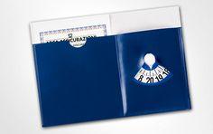 Disco orario con pomello in plastica, forniti su fogli interi da 4 con la traforatura per la separazione. Materiale: pvc + adesivo. Dimensioni: 16x12 cm ca Area di stampa: 6,5x3,5 cm