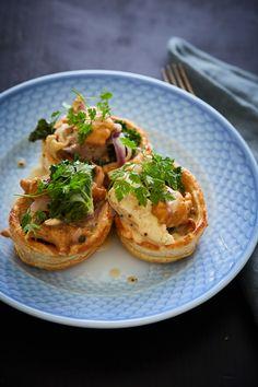 Tarteletter med kylling, kål og kantareller.
