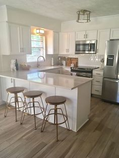20 Elegant Kitchen Design With Contemporary Kitchen Features You Can Try Small Kitchen Ideas Contemporary Design Elegant Features Kitchen Small Apartment Kitchen, Home Decor Kitchen, Home Kitchens, Farmhouse Kitchens, Rustic Kitchen, Eclectic Kitchen, Decorating Kitchen, Dream Kitchens, Small Kitchen Interiors