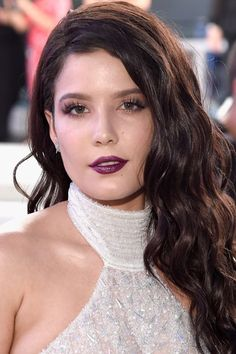 Halsey combine deep side-part and with textured waves.