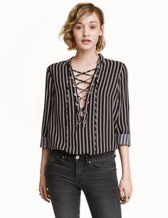 Sieh's dir an! Bluse aus weichem Viskosestoff. Die Bluse hat einen V-Ausschnitt mit Kragen und Schnürung sowie einen abgerundeten Saum. – Unter hm.com gibt's noch viel mehr.