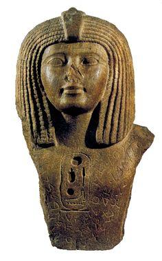 Museo del Louvre (Paris). Magnífica parte superior de una estatua de Osorkón II, de la dinastía XXII, hallada en Biblos. En su pecho aparece el cartucho real del faraón rodeado de una inscripción fenicia que indica que el rey Elibaal, hijo de Yahimilk,  la a dedicado a la Señora de Biblos, la diosa Baalat Gebal.