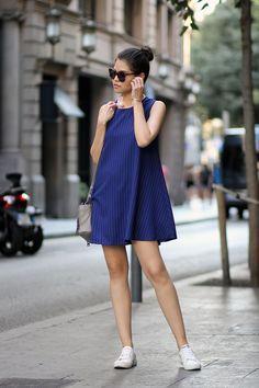 A moda às vezes nos surpreende com interessantes produções. Quem diria que nosso querido e confortável tênis combinado com o vestido, de diversos modelos, seria trendy um dia.