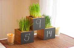 Wooden Chalkboard Table Number Planter for par andrewsreclaimed. $18,00, via Etsy.