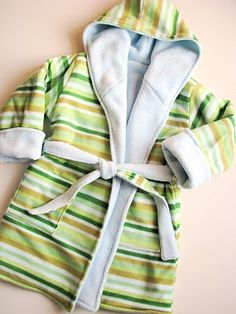 Kwiksew Fleece Bathrobe! Found this robe on a blog and had to pin it:) Too cute. Now to make one.