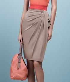 Foreign language site that offers video showing how to alter a standard skirt pattern to create a pattern for this pleated skirt