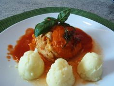 Gefüllte Tomaten - mit Hähnchen- Reisfüllung serviert mit Kartoffelpüree.