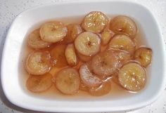 Muz Reçeli  -  Dilek Erol #yemekmutfak.com Muz reçelini kahvaltıda yiyebilir, pasta süslemelerinde kullanabilirsiniz. Görünümüyle ve lezzetiyle çok özel bir reçeldir. Banana Jam, Banana Pudding, Jam Recipes, Dessert Recipes, Fruit Roll Ups, Food Decoration, Cake Decorations, Sweet Sauce, Vegetable Drinks