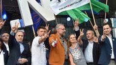 Sondaż: wielka koalicja wygrałaby z PiS. Agencja badawcza TNS przeprowadziła sondaż we wtorek, trzy dni po marszu KOD i części opozycji. Zleceniodawca badania chciał sprawdzić, czy uczestniczące w demonstracji partie po stworzeniu szerokiej koalicji byłyby w stanie wygrać wybory. W sondażu pytano Polaków, na kogo oddaliby głos, gdyby wybory odbyły się w najbliższą niedzielę i gdyby powstała wspólna lista partii opozycyjnych: PO, Nowoczesnej, PSL, Twojego Ruchu i SLD. Jak wynika z…