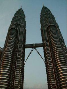 Die #Petronas #Towers im Herzen von Kuala Lumpur, für mich immer noch einzigartig und unglaublich schön.  Tipps und Info über die Kuala Lumpur Sehenswürdigkeiten: http://www.malaysiaurlaub.net/malaysia-urlaub-kuala-lumpur-sehenswuerdigkeiten-teil1/ -- Petronas Towers in the heart of Kuala Lumpur, unique and incredibly beautiful. #TwinTowers #KualaLumpur