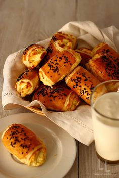 Pateuri cu brânză sărată - rețetă video pas cu pas | Laura Laurențiu Dough Recipe, Pretzel Bites, Baking Soda, Cheesecake, Food And Drink, Sweets, Bread, Desserts, Millefeuille Recipe