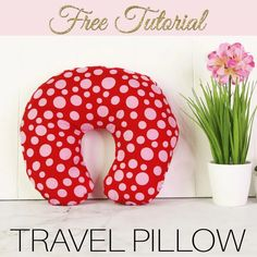 DIY Travel Pillow {Neck Pillow} - Free Pattern Make yourself a soft, comfortable DIY travel pillow. This DIY neck pillow can be made in under 30 minutes and is a great. Kids Travel Pillows, Kids Pillows, Sewing Patterns Free, Free Sewing, Free Pattern, Neck Pattern, Quilt Patterns, Sewing Projects For Beginners, Sewing Tutorials