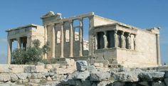 """O erecteion era o mais santo de todos os templos da Acrópole. A parte oriental do templo era dedicada ao culto de athena polias, a deusa protetora da cidade, e o ocidente era dedicado a Poseidon. De acordo com a lenda, o erecteion construiu-se para reconciliar """" os dois deuses,  que se cruzavam para o domínio da cidade. O edifício estava dividido em duas partes. A varanda norte é apoiada por seis colunas iónicas e no chão mostra o sinal com que Zeus Matou o mitológico rei erecteion. Dentro…"""