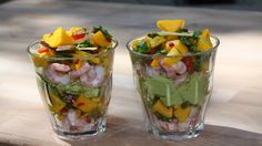 Ferske reker med mango, chili og kokos legges lagvis med avokadokrem i serveringsglass.
