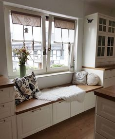 Discover recipes, home ideas, style inspiration and other ideas to try. Home Room Design, Dining Room Design, House Design, Cosy Kitchen, Farmhouse Kitchen Decor, Küchen Design, Interior Design, Banquette Seating In Kitchen, Window Seat Kitchen