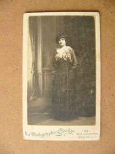 Camille nel proprio atelier del Quai De Bourboun accanto ad una finestra, cdv dello studio George di Parigi, 1899-1900 circa... dalla mia collezione di foto d'epoca...
