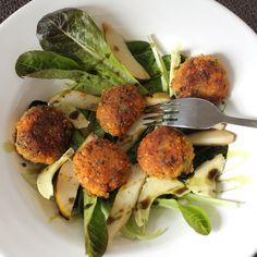So schön, so einfach: Knusprige Bällchen kann man eigentlich aus allen möglichen Resten machen, die (vom Vortag) noch so rumliegen. Aus Reis, Gemüse, Hirse, Kichererbsen und natürlich auch aus Linsen. Wichtig ist nur noch,  für etwas Geschmack und Bindung zu sorgen, in diesem Fall mit Shiitake Pilzen, Petersilie und Maisgrieß. Ob warm zum Salat oder kalt als Snack für unterwegs – Bällchen gewinnt!