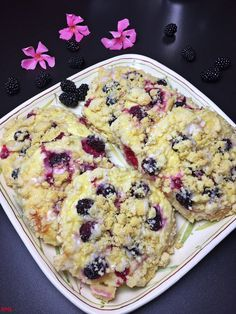 Streuseltaler mit Schmandcreme und Brombeeren Sprinkles with sour cream and blackberries, fruity, ye Donut Recipes, Baking Recipes, Snack Recipes, Snacks, Cupcake Recipes, Fall Desserts, No Bake Desserts, Cupcakes, Tapas