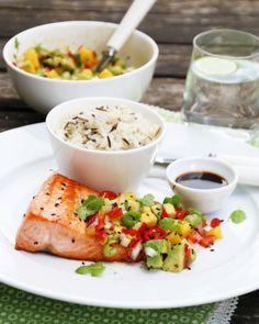 LAKS MED MANGO- OG AVOKADOSALAT | TRINES MATBLOGG Seafood Dishes, Fish And Seafood, Food N, Food And Drink, Mango, New Menu, Hummus, Cod, Chili