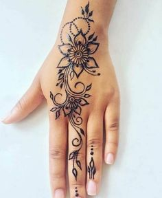 Tatowierung - Tattoo Article What is a temporary tattoo? The first thing that comes to mind when you say temporary tattoo is Indian henna. The henna is Beautiful Henna Designs, Mehndi Designs For Hands, Simple Mehndi Designs, Cute Henna Designs, Beautiful Beautiful, Beautiful Pictures, Simple Henna Tattoo, Henna Tattoo Hand, Mandala Tattoo