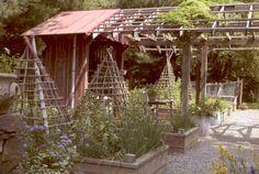 Potting shed in the garden with raisedbeds Farm Gardens, Outdoor Gardens, Raised Gardens, Brick Flower Bed, Backyard Sheds, Garden Sheds, Wooden Garden, Garden Structures, Edible Garden