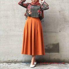 2019 Tesettür Etek Kombinleri Turuncu Uzun Kloş Etek Yeşil Kısa Desenli Gömlek Beyaz Babet Tarçın Şal - pionero de la cosmética, alimentación, moda y confección Abaya Fashion, Fashion Moda, Muslim Fashion, Modest Fashion, Skirt Fashion, Fashion Dresses, High Street Fashion, Hijab Outfit, Abaya Mode