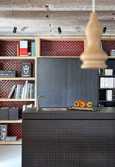 Loft Home By Esé Studio, shelves Loft D'entrepôt, Casa Loft, Loft House, Loft Kitchen, Kitchen Interior, Kitchen Design, Kitchen Bookcase, Space Kitchen, Eclectic Kitchen