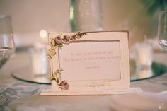 Porta retrato em madeira com aplique de tecido floral para mesa dos convidados. Peça um orçamento: ateliesonhodecaixa@gmail.com