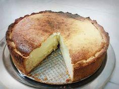 """Η Συνταγή είναι από κ.  Popi Kokona – """"ΟΙ ΧΡΥΣΟΧΕΡΕΣ / ΗΔΕΣ"""".    Κεζεν κουχεν, όπως το φτιάχνουν στην Γερμανία..    Υλικά   Βάση  330 γρ.αλευρι  125 γρ.ζάχαρη  130 γρ. βούτυρο  2 αυγά  1 φακ. μπέικιν πάουντερ  1 βανίλια    Γέμιση  1 κιλο στραγγιστό γιαούρτι  200 γρ. ζάχαρη  2 φακ. Desert Recipes, Greek Recipes, Greek Sweets, Bread Cake, Food Decoration, Sweet Desserts, Coffee Cake, Yummy Cakes, Cake Recipes"""