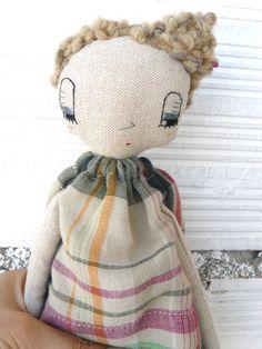 Muñeca con pelo rizado bordada a mano.  32 cm de AntonAntonThings en Etsy