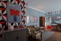Le pareti dipinte color carta da zucchero sono state pensate per dare continuità e inglobare in un unico ambiente zona living e cucina