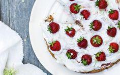Nøddekage med rabarberskum og jordbær. Lyder rigtig god.