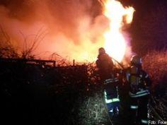 Brennende Gartenlaube wird von Feuerwehr schnell gelöscht http://www.feuerwehrleben.de/brennende-gartenlaube-wird-von-feuerwehr-schnell-geloescht/ #feuerwehr #firefighter