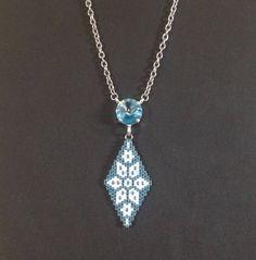 Pendentif avec chaîne en perles Miyuki 11 tissage peyote cabochon Swarovski