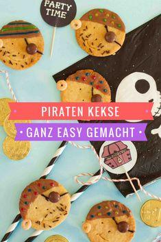 Piratenkekse kommen immer gut an. Ob beim Kindergeburtstag, zur nächsten Party oder einfach nur so. Sie sehen nicht nur lecker aus, sondern schmecken auch besonders lecker. Und das Gute: dieses Kekse Rezept ist ganz easy gemacht. #kekserezepte #keksebacken #kindergeburtstag #piraten