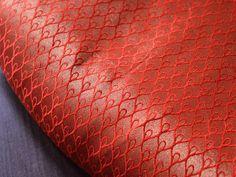 Ceci est une belle brocart feuillette tissu des motifs de conception en rouge et or. Le tissu illustrent petite or tissé feuilles motif sur fond rouge.  Vous pouvez utiliser ce tissu pour faire...