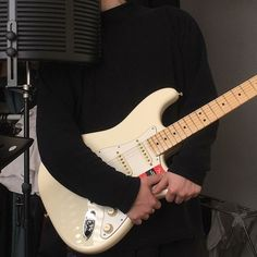 Play Music Easily With These Simple Guitar Tips. Have you had the experience of picking a guitar up and wanting to play it? The right advice can help you lear Easy Guitar, Guitar Tips, Guitar Lessons, Music Aesthetic, Aesthetic Grunge, Aesthetic Black, Desenhos One Direction, Jet Black Heart, The Wombats