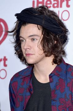 The harry styles hair evolution that no one asked for but ev Harry Styles 2014, Harry Styles Imagines, Harry Styles Funny, Harry Styles Pictures, Harry Edward Styles, Harry Styles Bandana, Harry Styles Headband, Harry Styles Cabelo, Harry Styles Fofo