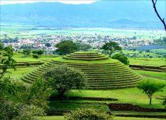 Los Guachimontones, vestigios arqueológicos hallados, en Teuchitlán, Jalisco, hace a penas cuarenta años. Hoy se sabe que fueron el centro ceremonial de una compleja sociedad prehispánica que tuvo su auge del 300 a.c. al 900 d.c. Hermoso lugar, imperdible en su visita a Jalisco.