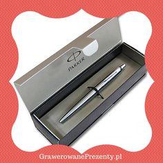 Eleganckim upominkiem z okazji Dnia Nauczyciela może być piękny długopis Parker Jotter BP w kolorze stalowym. Wykonany ze stali nierdzewnej z chromowanymi wykończeniami. Włączany poprzez przyciskowy sprężynowy mechanizm wysuwania wkładu.
