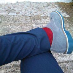 Stile, vestito blu, calze rosse, scarpe grigie, accostamenti, colori