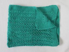 Mantita de punto para bebé, verde agua, hecha a mano.  Medidas: 55x85 cm. Colores: Verde, morado, camel, azul, azul cielo, rosa. Material: Lana.