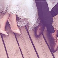 Uma boa maneira de curtir bem a noite toda do casório sem dores e incômodos, é começar a usar os sapatos da cerimônia e/ou da festa pelo menos uma semana antes do grande dia Amaciar os sapatos , além de fazer valer a pena o investimento deles, pode te livrar de desconfortos e lesões. #santostudio #casamentos #casamento #wedding #noiva #bride m #videocasamento # #vestidodenoiva #weddingdress #madrinha #savethedate #weddingmovie #vintage #casamentorústico #noivo # #mesadedoces #filmagem
