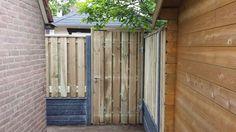 Een prachtige en solide erfafscheiding - schutting met betonpalen rotsmotief en geïmpregneerd hout en een solide poort tuindeur van #tuinmani @tuinmani www.tuinmani.nl